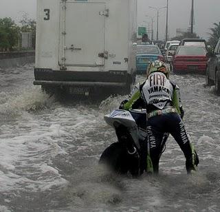 rossi+banjir Beginilah Bila Valentino Rossi Balap Di Indonesia
